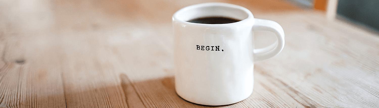 """Kaffekopp med ordet """"begin"""" skrevet på"""